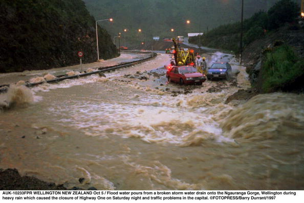 California State Route 1「Flood water pours from a broken storm water drain」:写真・画像(13)[壁紙.com]