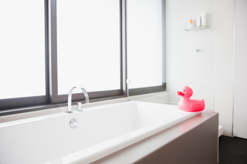 子供「ピンクのゴム製アヒルのエッジでモダンなバスルームのバスタブ」:スマホ壁紙(19)
