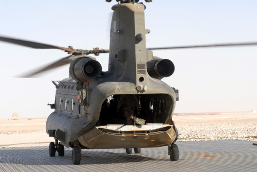 CH-47 Chinook「A CH-47 Chinook of the Royal Air Force at the landing zone waiting to pick up troops.」:スマホ壁紙(18)