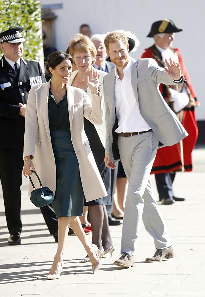 Waving - Gesture「The Duke & Duchess Of Sussex Visit Sussex」:写真・画像(6)[壁紙.com]