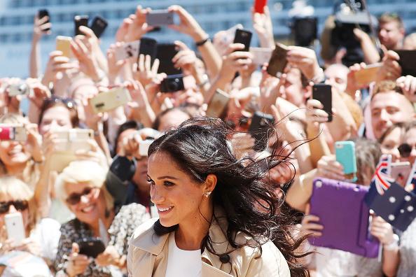 Crowd「The Duke And Duchess Of Sussex Visit Australia - Day 1」:写真・画像(3)[壁紙.com]
