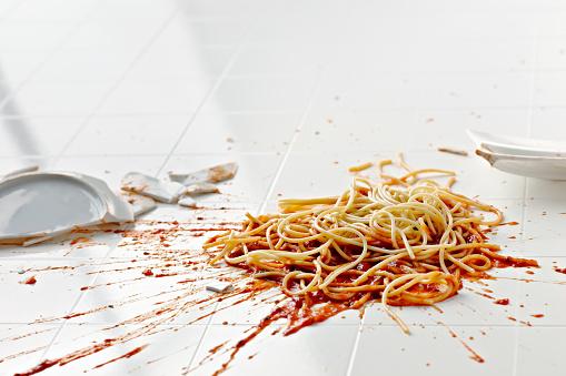 Misfortune「Broken plate of spaghetti on floor」:スマホ壁紙(13)