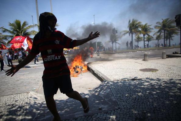 Water's Edge「Activists Protest Auction Of Brazilian Off-Shore Oil Field」:写真・画像(5)[壁紙.com]