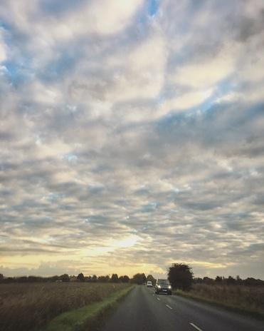 巻積雲「Beautiful sunset view with cirrocumulus clouds at the single-carriageway road in Oxfordshire, England」:スマホ壁紙(8)