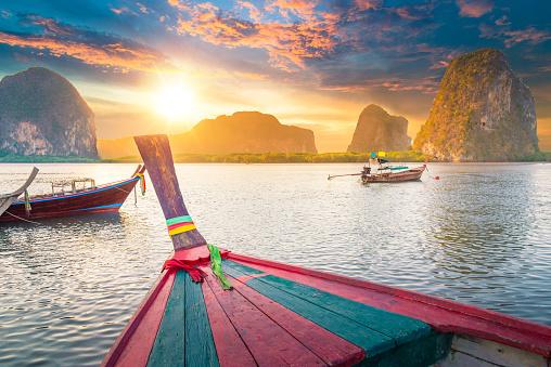 島「美しい夕暮れのトロピカルな海、ロングテールボートでのタイ南部」:スマホ壁紙(16)