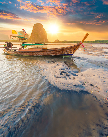 Indian Ocean「Beautiful sunset at tropical sea with long tail boat in south thailand」:スマホ壁紙(15)