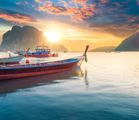 Andaman Sea「Beautiful sunset at tropical sea with long tail boat in south thailand」:スマホ壁紙(17)