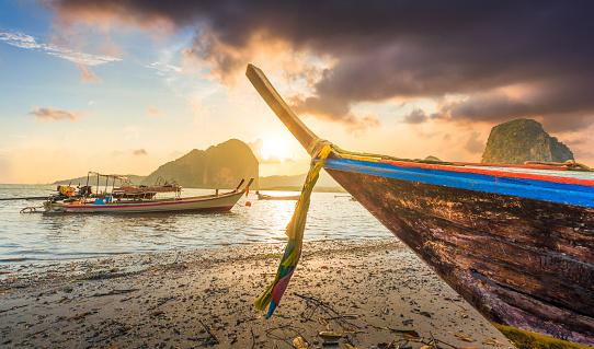 インド洋「美しい夕暮れのトロピカルな海、ロングテールボートでのタイ南部」:スマホ壁紙(16)