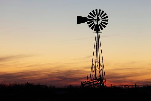 胸を打つ「美しい夕日と風車」:スマホ壁紙(3)
