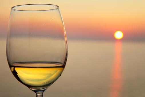 豪華 ビーチ「美しい夕日とグラスワイン」:スマホ壁紙(15)