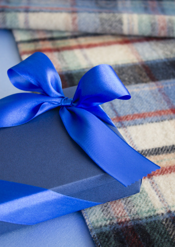 Shawl「Check stole and a blue gift box」:スマホ壁紙(18)