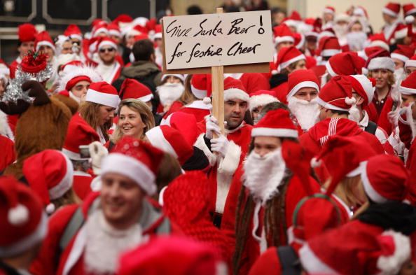 "Santa Claus「Londoners Dress Up As Santa For ""SantaCon"" Pub Crawl」:写真・画像(13)[壁紙.com]"