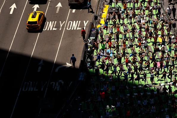 ミッドタウンマンハッタン「Yogis Mark Summer Solstice With Yoga Session In New York's Times Square」:写真・画像(12)[壁紙.com]