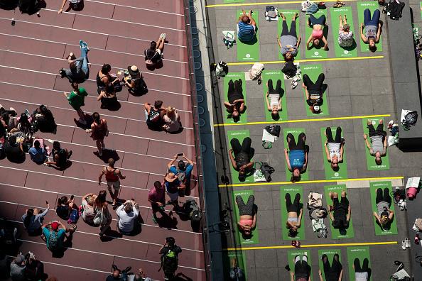 ミッドタウンマンハッタン「Yogis Mark Summer Solstice With Yoga Session In New York's Times Square」:写真・画像(14)[壁紙.com]