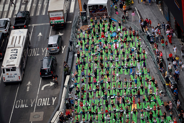 Yoga「Annual Yoga Solstice Event Held In Times Square」:写真・画像(8)[壁紙.com]
