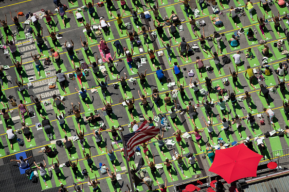 Yoga「Yogis Mark Summer Solstice With Yoga Session In New York's Times Square」:写真・画像(9)[壁紙.com]