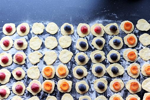 杏「Preparation of strawberries, plums and apricots dumplings 」:スマホ壁紙(1)