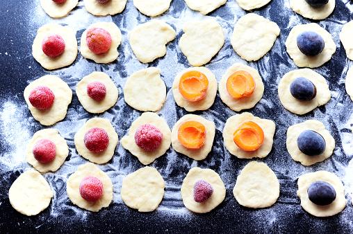 杏「Preparation of strawberries, plums and apricots dumplings 」:スマホ壁紙(0)