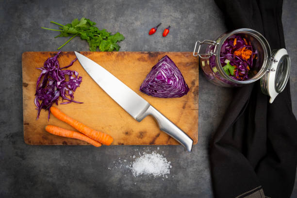 Preparation of homemade red cabbage, fermented, with chili, carrot and coriander:スマホ壁紙(壁紙.com)