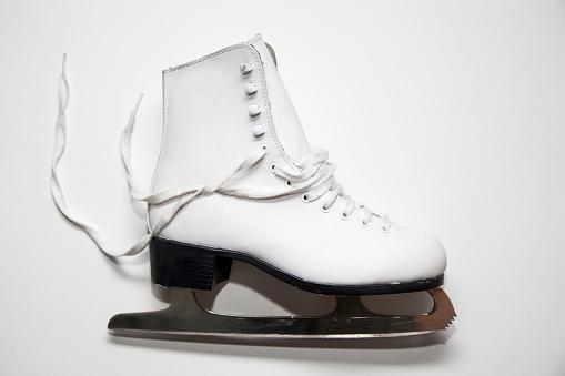ウィンタースポーツ「A figure skate on a white background」:スマホ壁紙(10)
