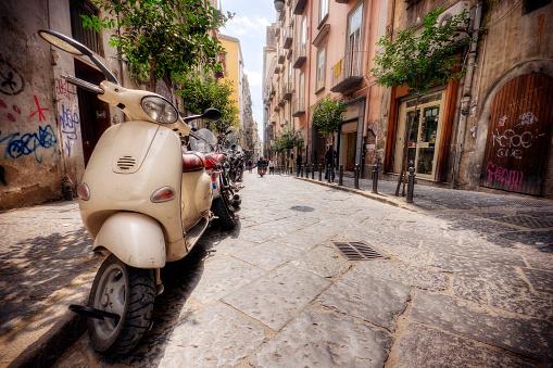 Moped「Line of Vespas on an Italian street in the summer」:スマホ壁紙(13)