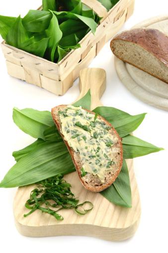 Herb Sauce「herb butter wild garlic (Allium ursinum) on slice of bread」:スマホ壁紙(18)