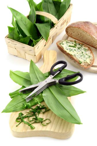 Herb Sauce「herb butter wild garlic (Allium ursinum) on slice of bread」:スマホ壁紙(16)