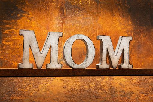母の日「Letters on Rust – MOM」:スマホ壁紙(14)
