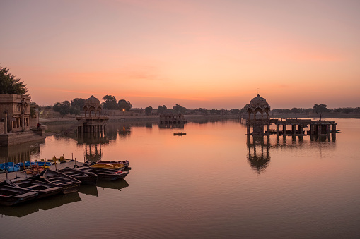 Rajasthan「Amazing panoramic view of Gadisar or Gadi Sagar Lake during sunrise in Jaisalmer, India.」:スマホ壁紙(19)