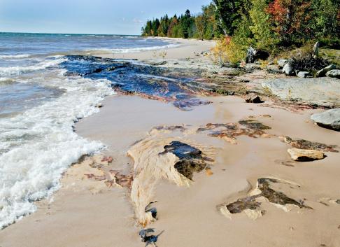 Great Lakes「USA, Michigan, Keweenaw Peninsula, Lake Superior, waves breaking on shore」:スマホ壁紙(4)