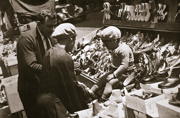 Beret「A Woman From Harlem Buys A Pair Of Shoes For Her Child New York USA circa 1920s-circa 1930s」:写真・画像(16)[壁紙.com]