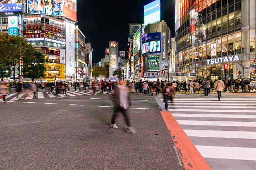 Shibuya Ward「Busy Streets in Tokyo and the view of Shibuya Crossing at night/ Tokyo, Japan」:スマホ壁紙(6)