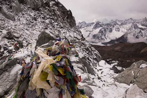 Khumbu「A cairn with prayer flags at the top of the Cho La Pass looking west, Everest Base Camp via Gokyo Trek, Nepal」:スマホ壁紙(16)