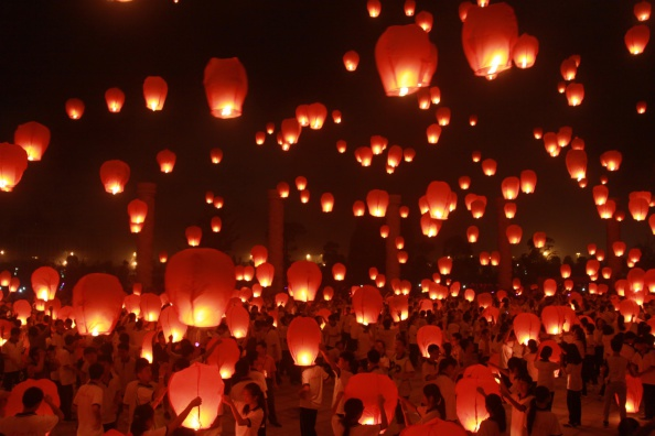 ヒューマンインタレスト「People Launch Kongming Laterns For The Mid-autumn Festival In Yichun」:写真・画像(1)[壁紙.com]