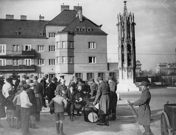 Austria「Soldiers Of The Vienna Garison Distribute At Christmas And New Year Goulash And Bread And Tea. At Spinnerin Am Kreuz. December 1936. Photograph.」:写真・画像(7)[壁紙.com]
