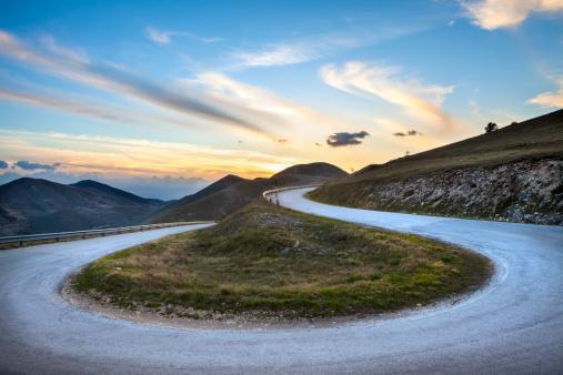 Hairpin Curve「Road curve near Campo Imperatore, Abruzzi Italy」:スマホ壁紙(3)