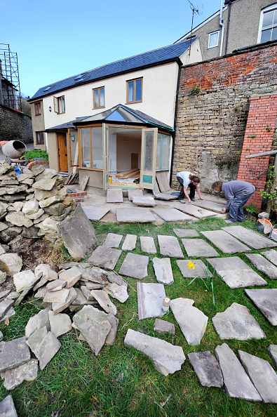 Paving Stone「Builders lay out natural stone slabs in planning a patio, Gloucestershire UK」:写真・画像(0)[壁紙.com]