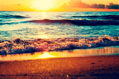 飽和色「夕暮れ時の海」:スマホ壁紙(19)