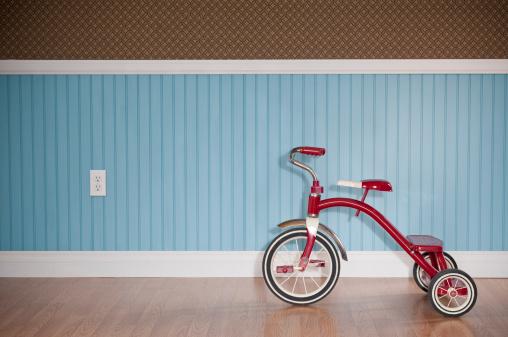 子供「赤色三輪車に空のお部屋」:スマホ壁紙(18)