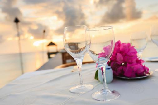 豪華 ビーチ「ディナーテーブルには、ビーチでの贅沢なホリデーリゾート」:スマホ壁紙(1)