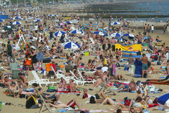 Crowd「People Bask In The Sun On Bournemouth Beach」:写真・画像(16)[壁紙.com]