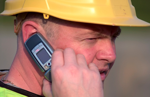 Wireless Technology「Building technician making a phone call on site」:写真・画像(1)[壁紙.com]