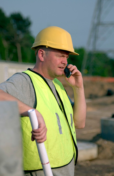 Wireless Technology「Building technician making a phone call on site」:写真・画像(0)[壁紙.com]