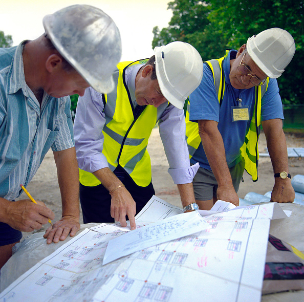 Engineering「Building technicians looking at plans, Housing development, England.」:写真・画像(5)[壁紙.com]