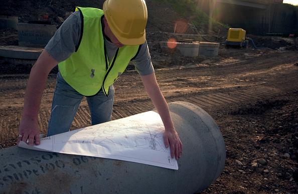 Engineer「Building technician checking plan on site」:写真・画像(14)[壁紙.com]