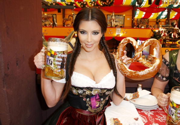 Traditional Clothing「Kim Kardashian Visits Munich」:写真・画像(4)[壁紙.com]