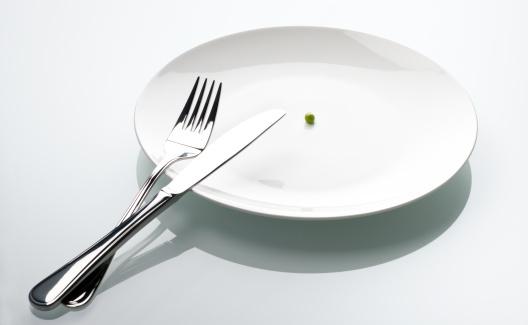 フォーク「エンドウ豆の空の白いプレート、シンボル、危機」:スマホ壁紙(0)
