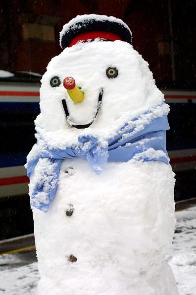 雪だるま「A snowman built here at Marylebone Station by the station staff waits to greet allighting passengers on a cold winters day」:写真・画像(6)[壁紙.com]