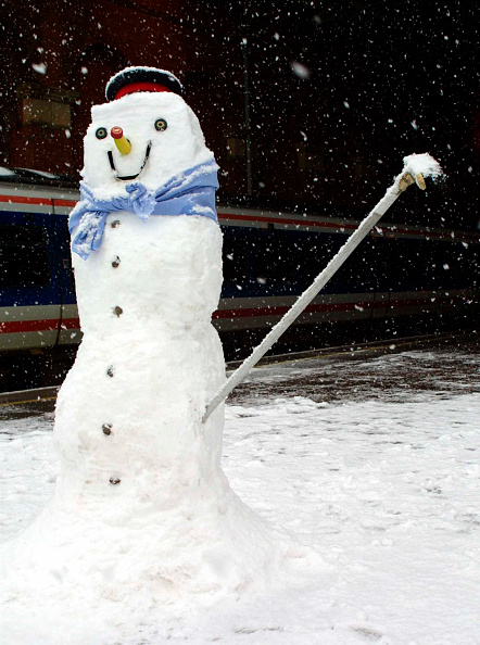 Waiting「A snowman built here at Marylebone Station by the station staff waits to greet allighting passengers on a cold winters day」:写真・画像(10)[壁紙.com]