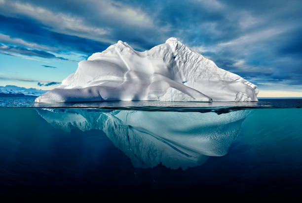 iceberg with above and underwater view taken in greenland.:スマホ壁紙(壁紙.com)
